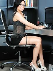 Kami Li masturbates after getting horny working at her desk