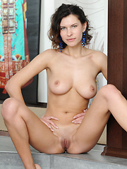 Suzanna shows her trimmed pussy