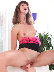 Kinky Susana pumps her pussy and ass