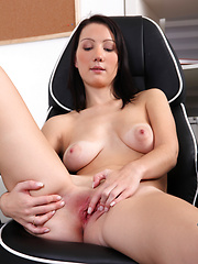 Dee Lish pleasures her juicy fuck hole to climactic bliss